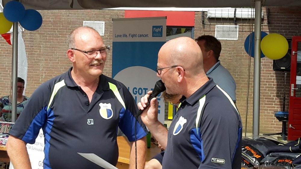 Scheidsrechter coördinator Bart Bouwmeester draagt de vlag over
