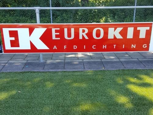 Eurokit Afdichting BV met 2 reclameborden aan hoofdveld DZC'68