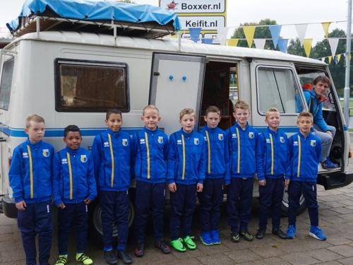 Pluk komt met spelersbus en sponsort trainingspakken DZC'68 JO11-2